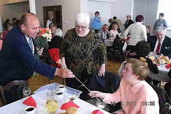 Revúcke prababičky, babičky, matky a pozvaní hostia si pripomenuli a spoločenským podujatím oslávili Deň matiek