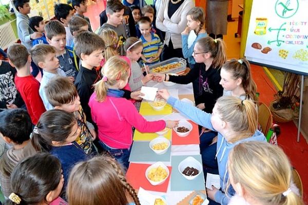 Naši žiaci si doprajú raňajky a väčšina z nich uprednostňuje ovocie pred čokoládou
