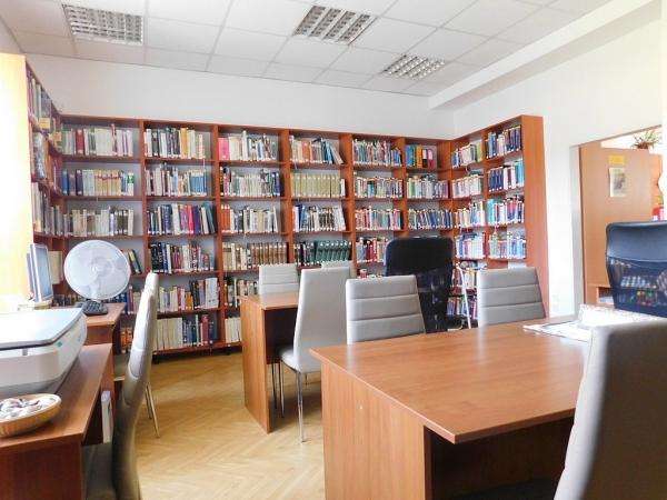 """""""Modernizujeme históriu"""" – Staré dokumenty v nových regáloch knižnice"""
