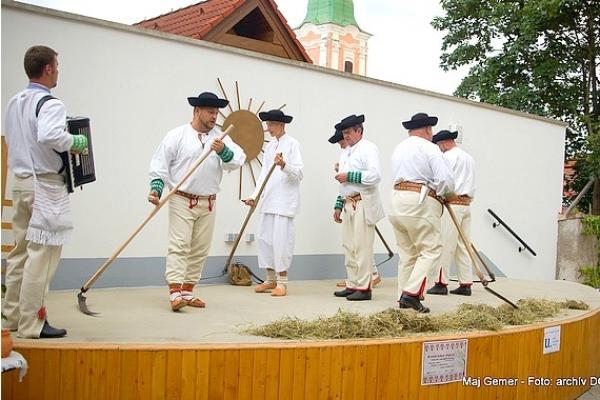 Vôňu sena a melódie gemerských trávnic priviezol súbor Gemer z Dobšinej na dvor Domu gemerskej kultúry