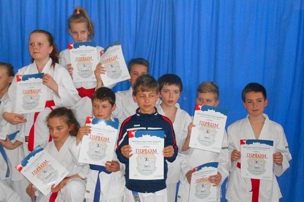 Mladí karatisti z Revúcej získavajú nielen skúsenosti zo súťažení, ale už aj medaily