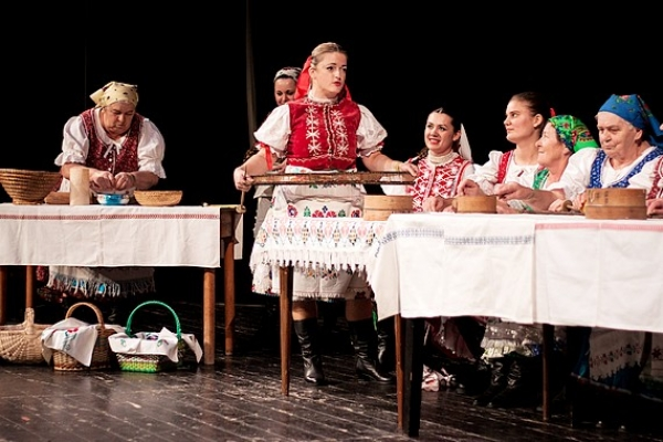 Folklórny večer  U nás taká obyčaj spestria Genšenky z Honiec s programom Pred svatbó v Genšu