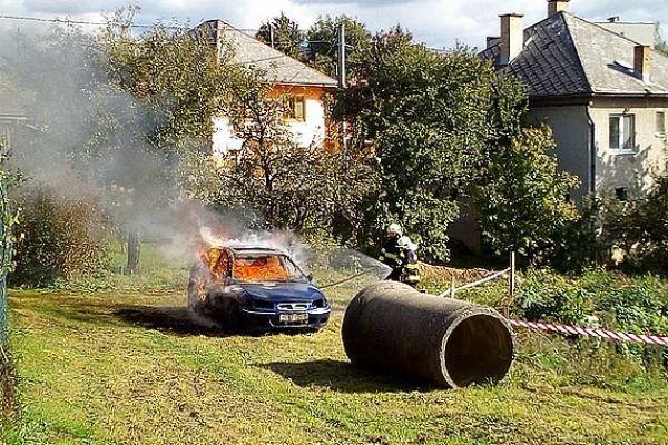 Na športovom dni v Gočaltove havaroval osobný automobil a následne sa vznietil