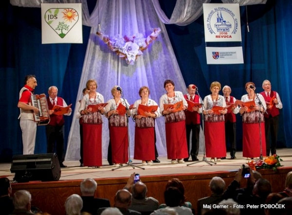 V Revúcej po prvýkrát privítali účastníkov Krajskej prehliadky speváckych súborov seniorov