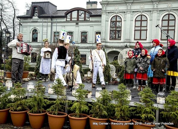 Na Vianočných trhoch v Revúcej sa symbolicky odovzdávalo aj primátorské žezlo