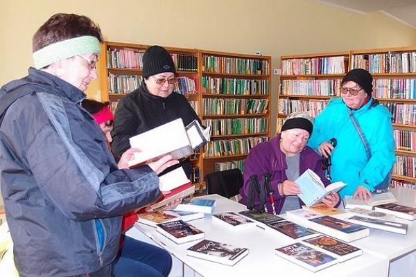 Polomské matičiarky v obecnej knižnici medzi novými knihami