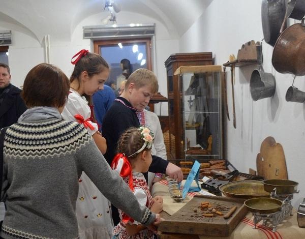 V Rožňave otvorili Tajomstvo medovníkového srdca s dielňou rodiny Lefterovcov