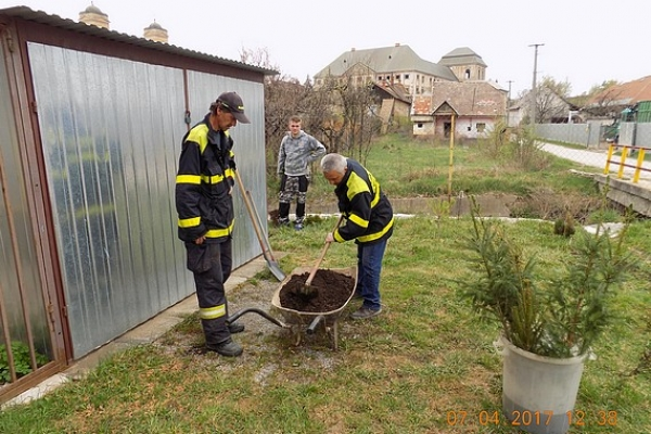 Členovia Dobrovoľného hasičského zboru mesta Jelšava skrášľovali okolie