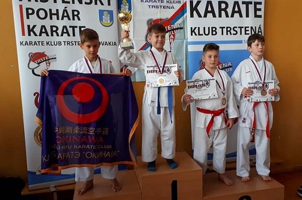 Mladí revúcki karatisti doviezli z Trstenského pohára karate jednu zlatú medailu