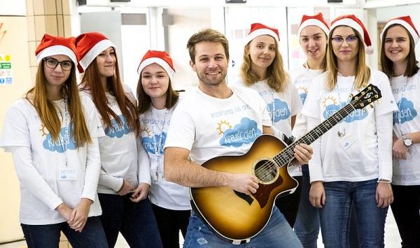 Pre pacientov rožňavskej nemocnice Svet zdravia pripravil Tomáš Bezdeda malý koncert