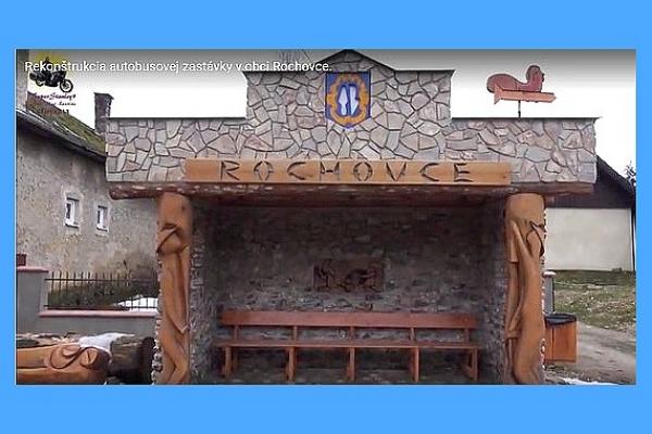 Autobusovú zastávku v Rochovciach skrášlili drevené sochy baníkov