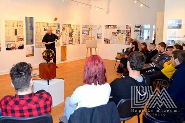 """Výstavu pod názvom """"40 rokov architektúry manželov Maníkovcov"""" sprevádzali aj ich prednášky"""