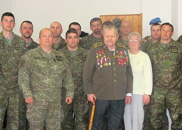 Červenoarmejec medzi našimi vojakmi v Rožňave