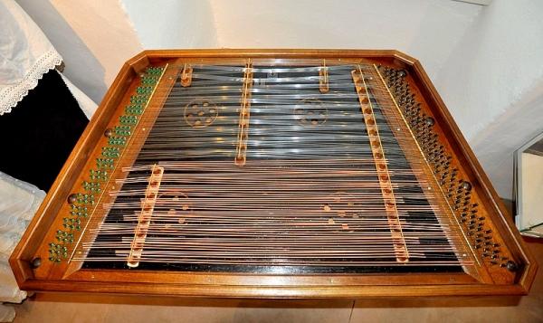 Zreštaurovali cimbal z Nižnej Pokoradze, hudobný nástroj používaný v prostredí slovenských repatriantov
