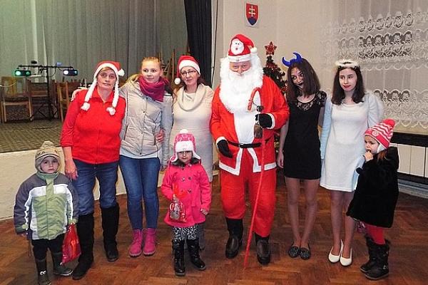 Mikuláš, Santa či Dedo Mráz - každý z nich prichádza pred Vianocami