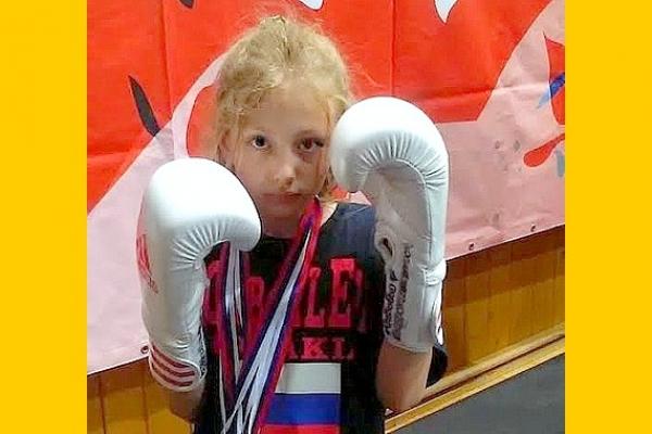 Deväťročná Alžbetka Teličáková z Revúcej získala prvý titul Majsterky Slovenska v kickboxe