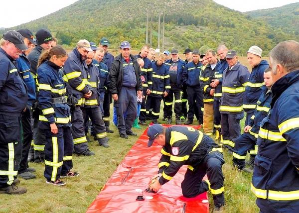 Praktický výcvik hasičov s protipovodňovými prívesnými vozíkmi