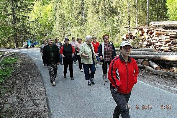 Revúcki seniori sa zúčastnili turistickej vychádzky do oddychovej zóny nad Muránskou Zdychavou