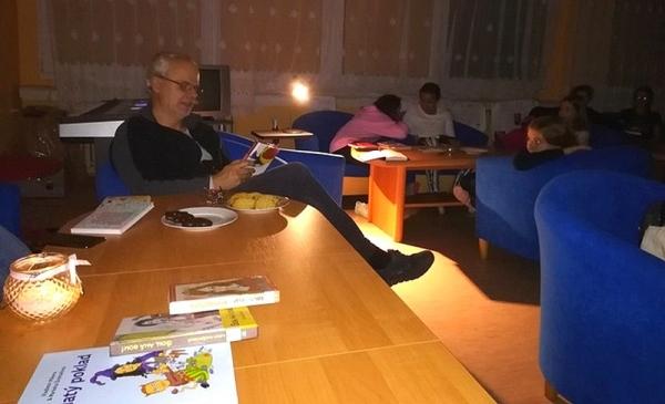 Čítanie pri sviečkach