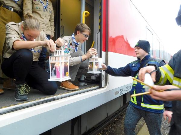 Plamienok svetla z Betlehema prevzali v Plešivci dobrovoľní hasiči z Jelšavy a Muráňa už šiestykrát