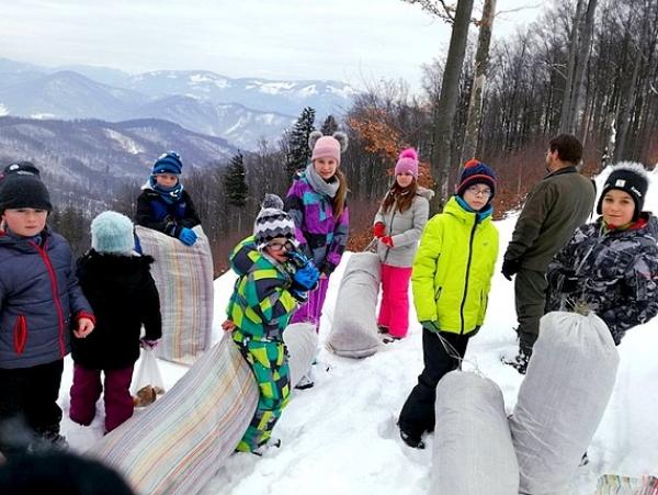 Žiaci ZŠ Jana  Amosa Komenského sa starajú o zvieratká aj  v zime