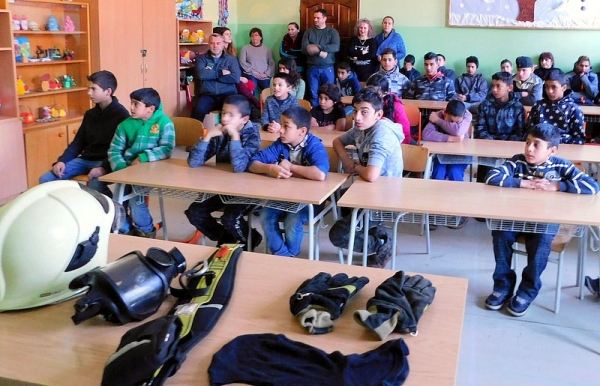 Členovia dobrovoľného hasičského zboru medzi jelšavskými žiakmi