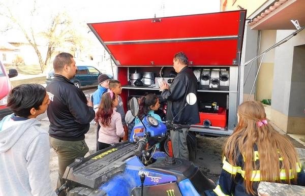 """Jelšavskí dobrovoľní hasiči predstavili deťom protipovodňovú súpravu - """"štvorkolku"""""""