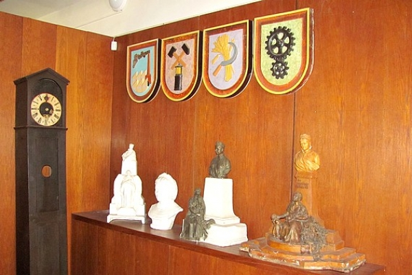 Zaujímavé keramické emblémy podľa návrhu Kolomana Tichyho