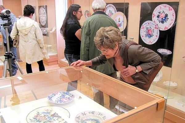 Stručne o vernisáži výstavy Poézia kameniny vNových Zámkoch