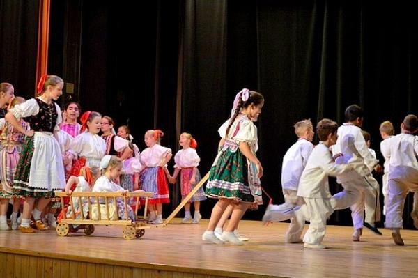 Na okresnej prehliadke Ket som húski pásla... predstavili širokú škálu detských hier a tancov na rôznych úrovniach