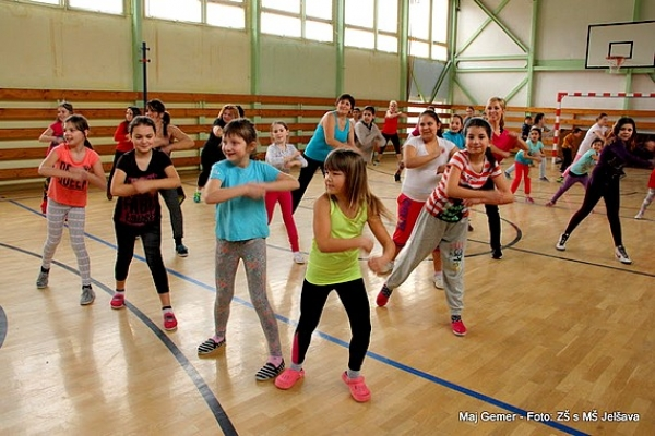 Profesionálni tanečníci zumby predviedli jelšavským deťom množstvo krásnych choreografií