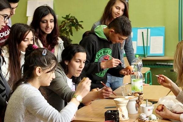 Rovesnícke vyučovanie na veľkonočných Tvorivých dielňach v Jelšave sa aj žiakom z Muráňa i Lubeníka páčilo