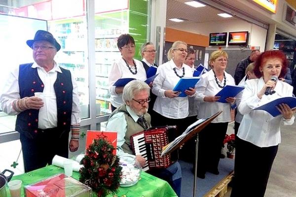 Priestormi obchodného domu Tesco Rožňava rozvoniavala Vianočná charitatívna nealkoholová punč párty